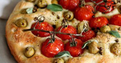 Фокачча с томатами черри, оливками и перцем