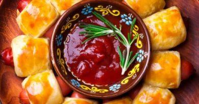 Веночек из сосисок в тесте