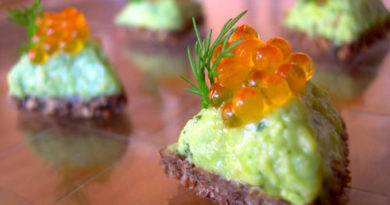 Канапе с авокадо и лососевой икрой к праздничному столу