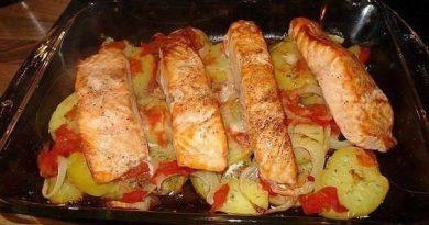 Лосось с картофелем, запечённый в духовке.