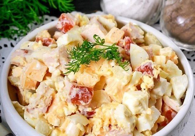 Вкусный салат с курицей и сыром