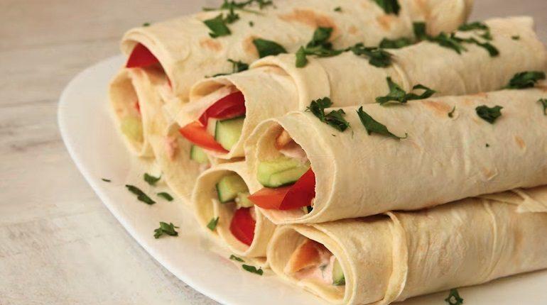 Полезная закуска из лаваша с курицей и овощами: возьмите на пикник