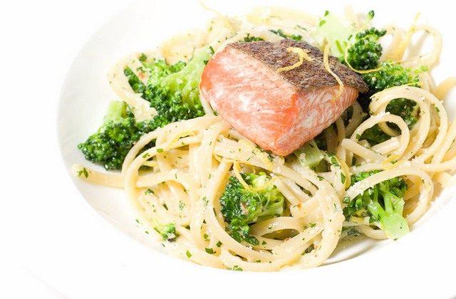 Спагетти с лососем и брокколи