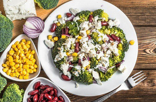 Салат из брокколи с фасолью и кукурузой