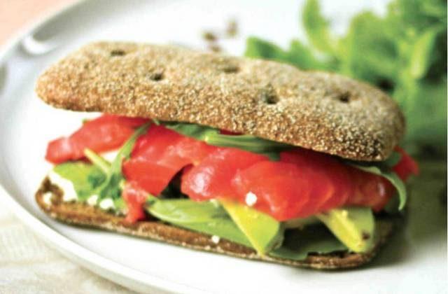 Бутерброд с рыбой и авокадо