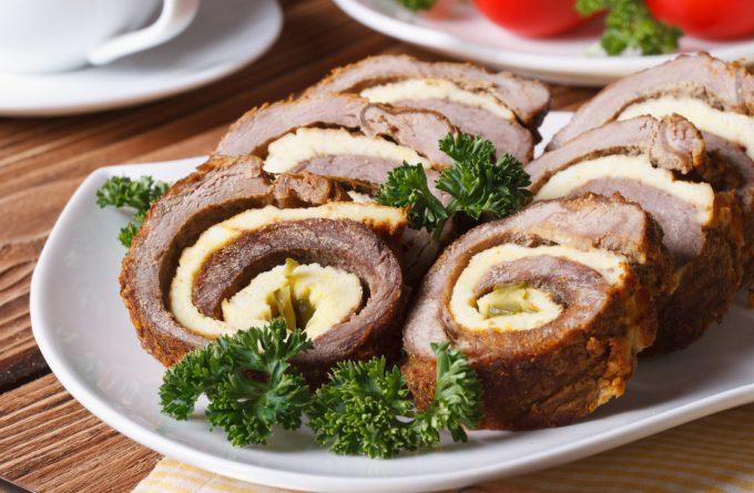 Рулет из омлета с куриным фаршем: празднично и вкусно