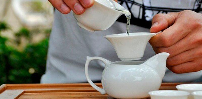 Как правильно заваривать черный чай Чтобы заварить черный чай, лучше всего использовать мягкую очищенную воду. Такую воду можно получить, если воспользоваться современным очистителем воды (много различных видов фильтров для воды продаются на сегодняшний день в специализированных магазинах). Так же можно купить сразу очищенную питьевую воду в бутылках. — вскипятите питьевую воду, но не ждите, пока крышка чайника начнет греметь, а при возникновении пузырьков выключите; — приготовьте керамический чайник для заваривания (его можно заменить при необходимости фарфоровым или фаянсовым чайником); — залейте кипяток в заварочный чайник, и на минутку закройте его крышкой; подождите, пока он немного нагреется; сполосните его; — засыпьте сухой чай, но не заливайте сразу воду, а дайте листьям разбухнуть в течении нескольких секунд; — залейте кипяток в чайничек с заваркой на 2/3. Многие готовят заварку отдельно, а потом доливают кипяток в чашку с заваркой. Стоит заметить, что специалисты рекомендуют заваривать чай сразу в большом чайнике, из которого уже можно разливать готовый чай. * На чашку кипятка вполне хватит 1 чайной ложки заварки. — накройте чайник крышкой, сверху прикрыв салфеткой. * Салфетка будет выполнять два действия: пропускать пар и задерживать эфирные масла, которые и делают чай ароматным. — подождите около 5 минут пока чай приготовится. — спустя 2-3 минуты, после чего вы добавили кипяток и начали заваривать чай, добавьте еще немного вскипевшей воды; — снова закройте чайник салфеткой; * Не стоит заваривать листовой чай более 5 минут и мелкий более 4 минут. * Пить чай так же советуют из фаянсовых или фарфоровых чашек. * Чтобы по-настоящему оценить вкус чая, его надо пить медленно в течение 15 мин после заваривания.