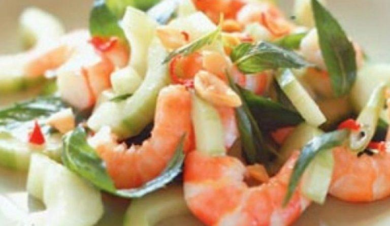 Салат с креветками, грушами и огурцами