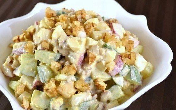 Салат из редиса, огурца и сухариков — отличный выбор к ужину!