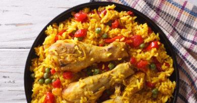 Курица с рисом и овощами по-каталонски.
