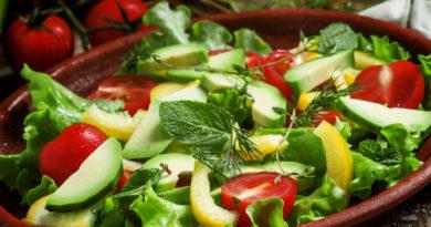 Салат с авокадо, перцем и помидорами черри