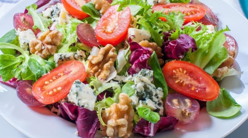 Салат с голубым сыром, виноградом и грецкими орехами