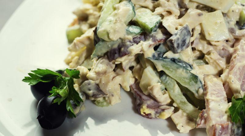 Мясной салат с маринованными грибами, маслинами и огурцом