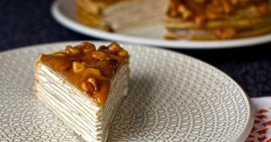Блинный торт из бананов с йогуртом и глазурью из грецкого ореха
