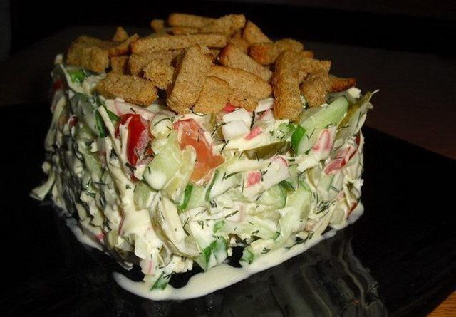"Салат с сухариками ""Сочная Хрустяшка"""