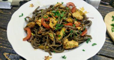 Гречневые спагетти с овощами и куриным филе в соусе терияки