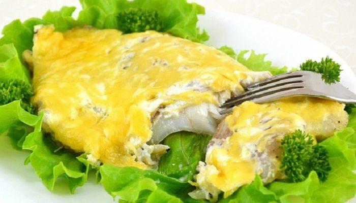Нежное рыбное филе, запеченное в духовке под сырной шапкой.