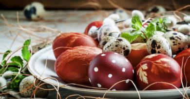 Красим яйца в луковой шелухе с рисунками.