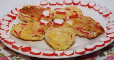Картофельные котлеты с крабовыми палочками.