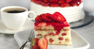Десерт дня: готовим фруктово-ягодный торт без выпечки за полчаса