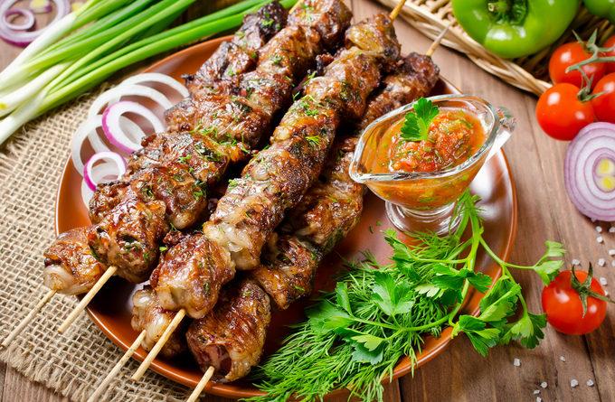 Луковый маринад для свиного шашлыка: и мясо будет сочным