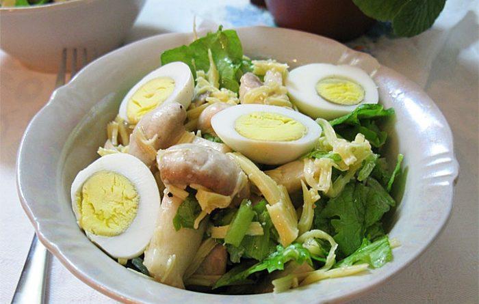 Салат с грибами, сыром и перепелиными яйцами