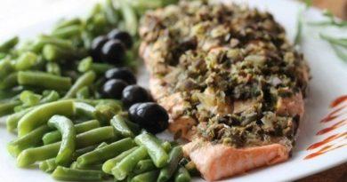Филе лосося с оливками на пару