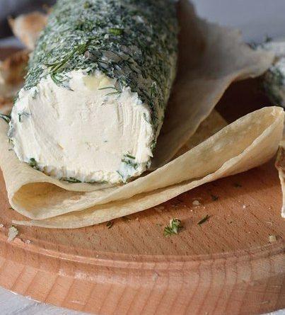 Творожный сыр из сметаны и кефира.