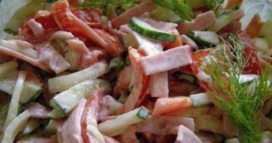 Мясной салат с огурцами