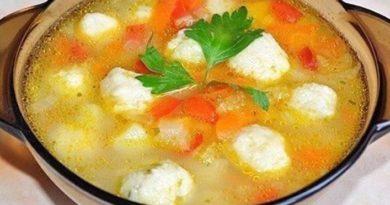 Овощной суп с сырными клецками-шариками.