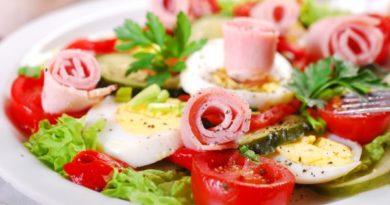 Праздничный салат из ветчины и овощей