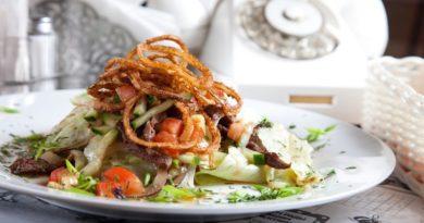 Теплый салат с телятиной и луком-фри