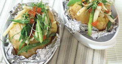 Печеный картофель с кальмарами и красной икрой