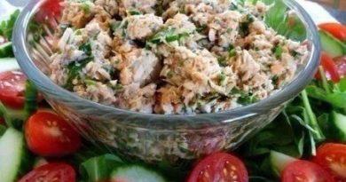Рисовый салат с огурцами и рыбными консервами