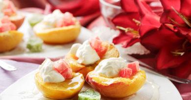 Персики в сладком вине с мороженым