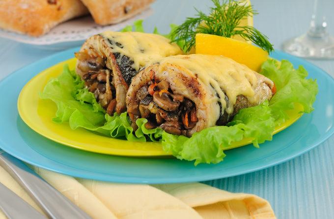 рулеты из скумбрии с грибами и сыром
