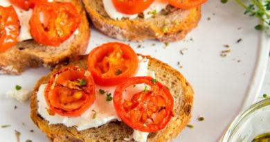 Брускетта с запеченными помидорами и сыром