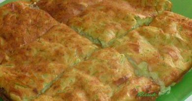 Скоро на всех кухнях страны — Кабачковый пирог с луком и сосисками