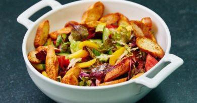 Легкий овощной салат с гренками