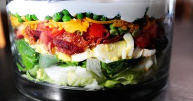 Слоеный салат с беконом и овощами