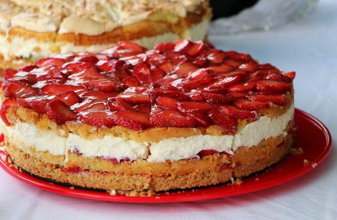 """Легкий творожно-клубничный тортик """"Адель"""": пошаговый рецепт"""