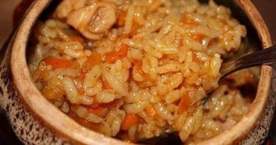 Рис с курицей в духовке в горшочках
