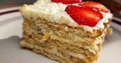 Вкусный торт без выпечки с клубникой и бананами: справится даже ребенок