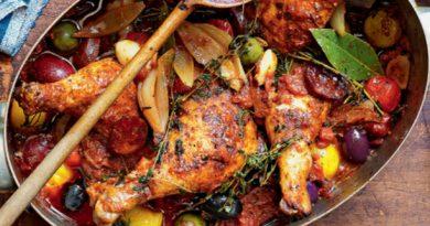 Курица тушенная с вином и овощами
