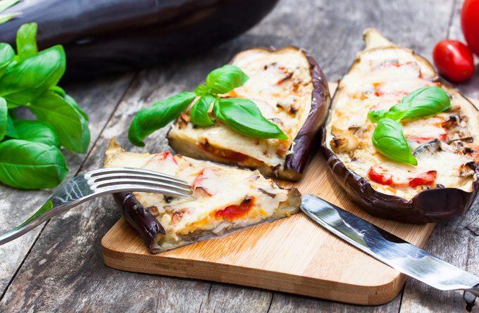 Вкуснейшие лодочки: запеченные баклажаны с куриным фаршем и сыром