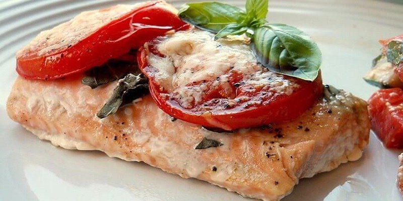 Стейк из лосося (с базиликом и томатами)