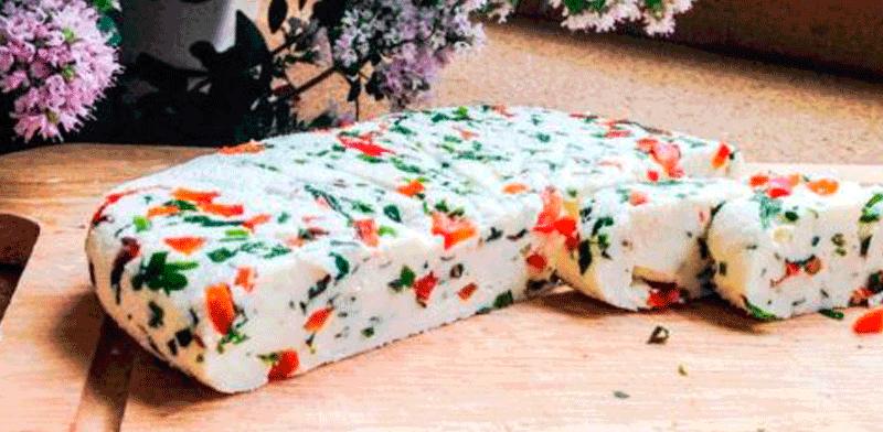 Адыгейский сыр по-домашнему с зеленью и паприкой