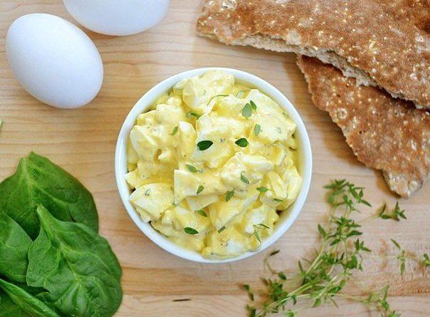 Яичный салат (с лимоном и ароматными травами)