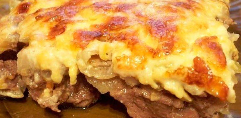 Говядина с луком под сырной шубой