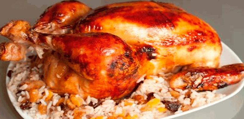 Курица, фаршированная сухофруктами и рисом.
